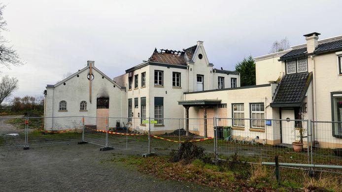 Zo ziet het uitgebrande complex aan de Eindhovenseweg in Boxtel er nu uit. De eigenaar gaat het monumentale deel zeker restaureren.