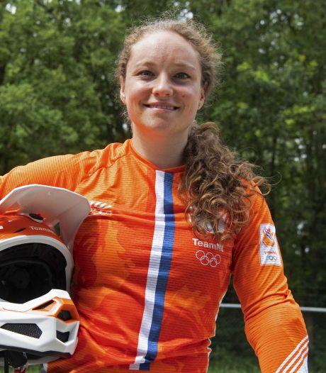 Moeder van BMX'ster Judy Baauw uit Zoelmond is er door speciale roos in fietsframe toch een beetje bij in Tokio