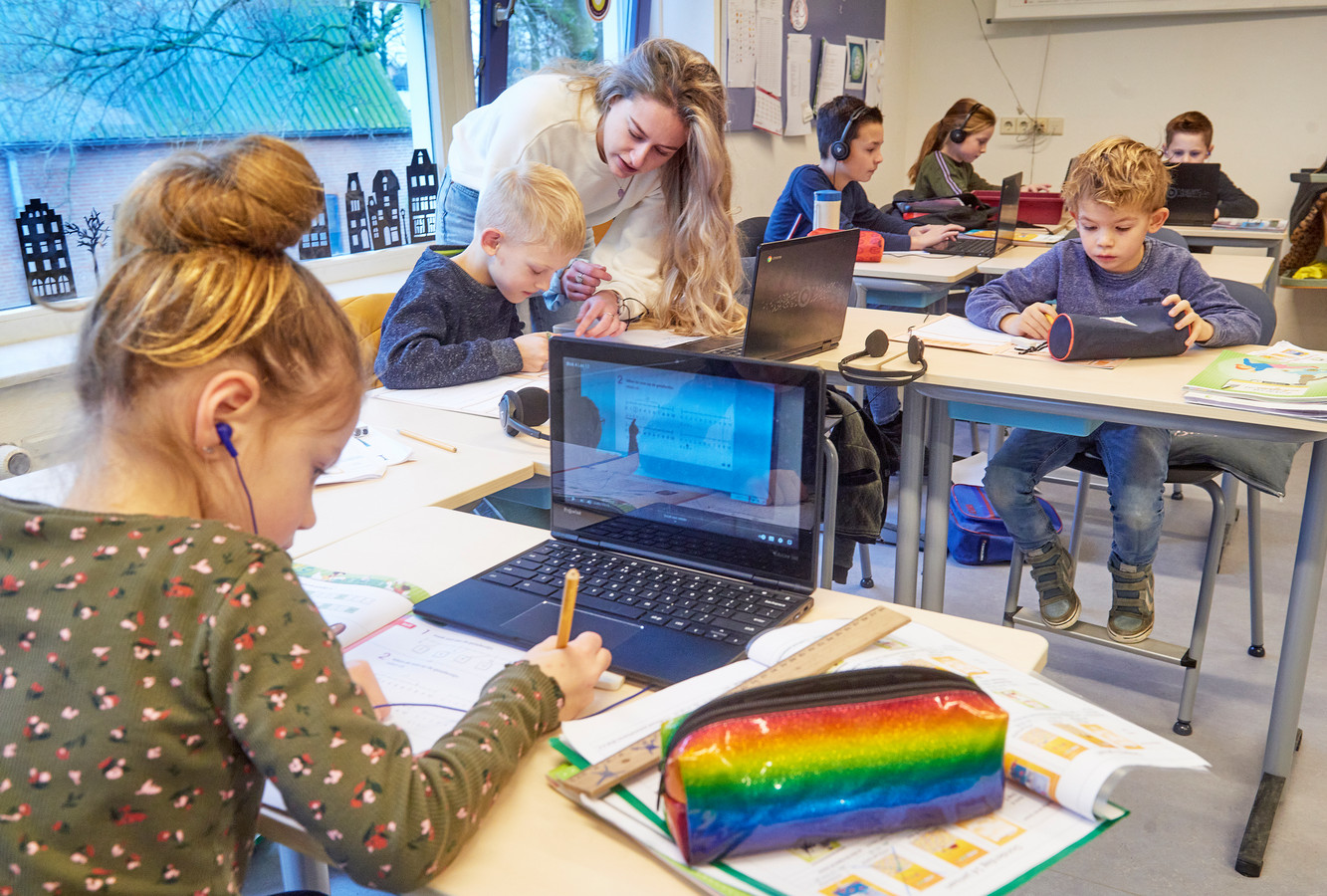 Basisschool 't Palet in Heeswijk-Dinther (onderdeel van Novum), eerder dit jaar toen juf Carmen Bissels diverse kinderen (groep 3 tot en met 8) in de noodopvang had. De scholen waren toen niet open voor alle kinderen.
