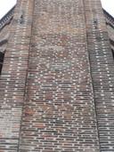 Een in harder gebakken steen gemetseld andreaskruis in de Oude Toren Eindhoven.