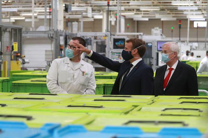 De Franse president Emmanuel Macron bezocht gisteren toeleverancier Valeo in het Noord-Franse Etaples. Hij wil 8 miljard euro uittrekken om de noodlijdende Franse auto-industrie te ondersteunen