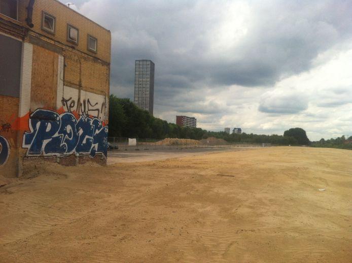 Het kantoortje links is het enige gebouw dat nog overeind staat op het Van Gend & Loosterrein. De foto is genomen vanaf de plek waar tot voor kort een kelder lag.