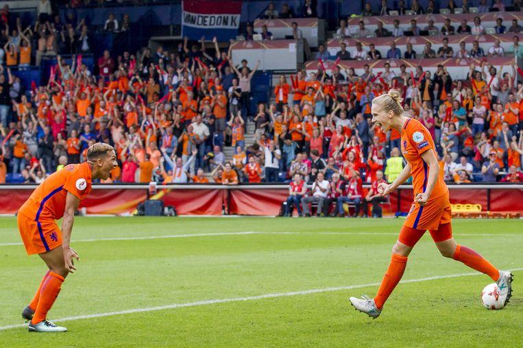 Vivianne Miedema viert de 2-0 met Shanice van de Sanden die de assist gaf Beeld anp