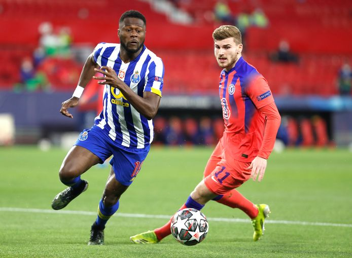 Chancel Mbemba is in het Porto-shirt Chelsea-spits Timo Werner te snel af.