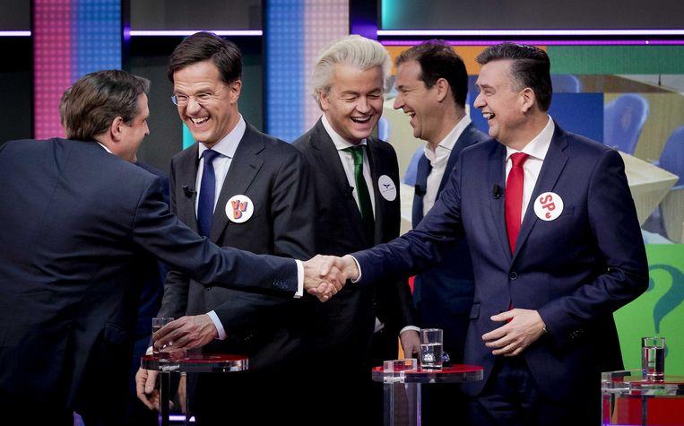De lijsttrekkers gisteren bij het Jeugdjournaal: vlnr. Alexander Pechtold (D66), Mark Rutte (VVD), Lodewijk Asscher (PvdA), Geert Wilders (PVV) en Emile Roemer (SP). Beeld ANP