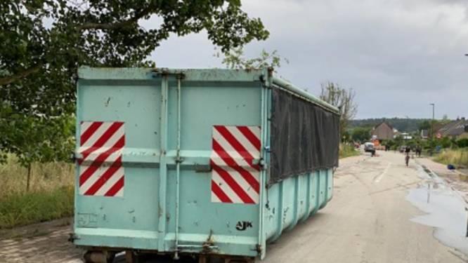 Gemeente plaatst container om afval waterschade te dumpen