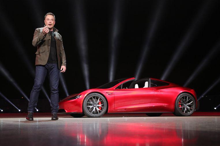 Topman van Tesla, Elon Musk, stelt de Roadster voor. Zijn eigen persoonlijke tweezitter - een rode - zou hij meesturen met de Falcon Heavy, een raket die hij in januari wil lanceren.
