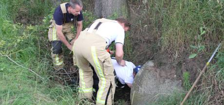 Enterse brandweerlieden redden kat uit rioolbuis in Markelo