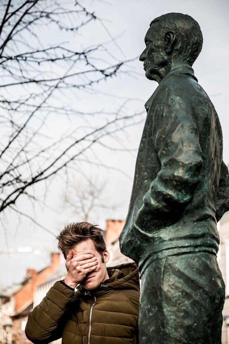 Jan Bakelants bij de bronzen Rik Van Looy van kunstenaar Philip Aguirre. Beeld Diego Franssens