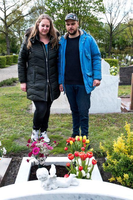 Verwerking kan beginnen nu de naam van Daniëls moeder is bijgeschreven op graf van zijn ouders