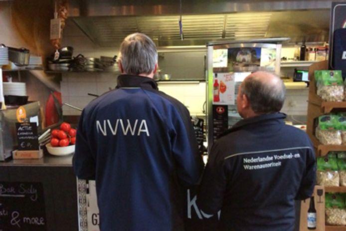 Inspecteurs van de Nederlandse Voedsel- en Warenautoriteit (NVWA) hebben vandaag 36 overtredingen geconstateerd bij kramen in de Markthal in Rotterdam.