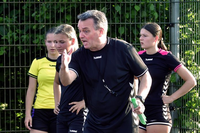 Ron de Waal is fanatiek aan het coachen in de buitenlucht, tijdens de training van hoofdklasser HV Heerle.