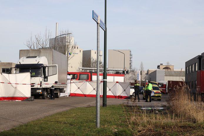 De brandweer heeft en tent en schermen geplaatst om het ongeval af te schermen.