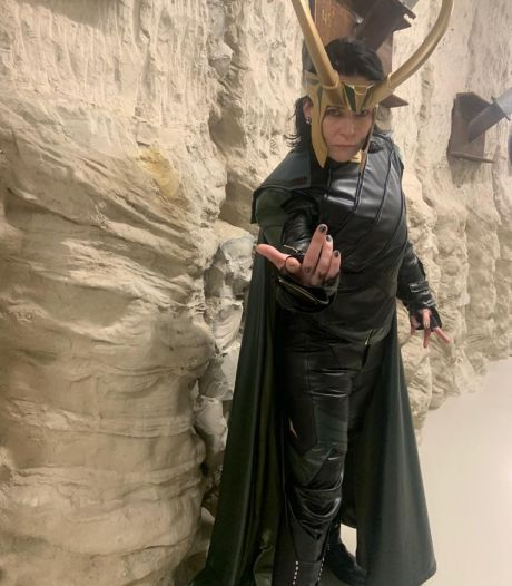 Exhibitionist Bianca (49) loopt als Loki over de boulevard: 'Iedereen lijkt zo chagrijnig tegenwoordig'