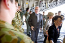 Timmermans bezoekt de bemanningsleden van de vliegtuigen die de slachtoffers naar Nederland vliegen