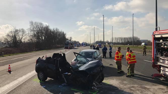 E19 richting Antwerpen volledig afgesloten door zwaar ongeval: verkeer moet over de pechstrook