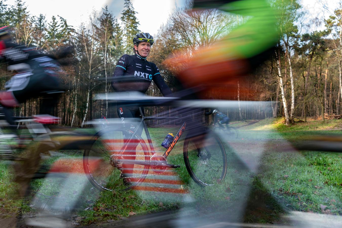 Twan van Gestel geeft een wielertraining.