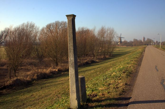 De monumentale grenspaal langs de Dalemsedijk in Gorinchem is voor de dijkversterking weggehaald.
