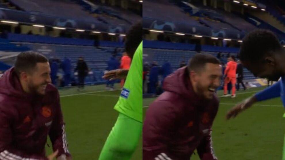 Eden Hazard hilare en compagnie de joueurs de Chelsea