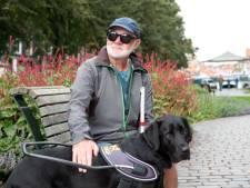 Hulphond Tako loodst zijn baas veilig door Zierikzee:  'Dit is echt zo ontzettend hard werken voor hem'