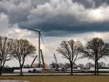 Vier hoge windmolens nabij nationaal park de Groote Peel