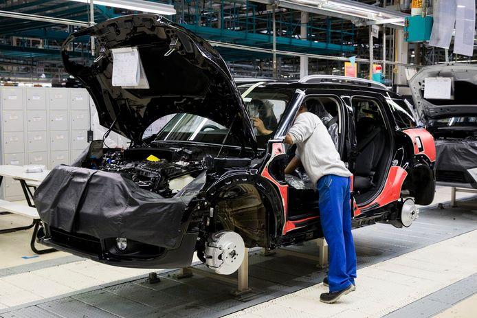 De productielijn van Mini bij autofabrikant VDL Nedcar in Born. Ook hier veroorzaakt het tekort aan chips grote problemen.
