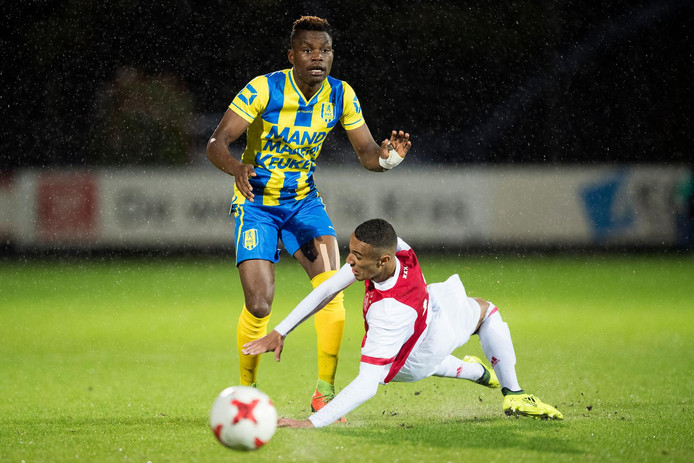 RKC speler Gigli Ndefe in duel met jong Ajax speler Noussair Mazraoui.