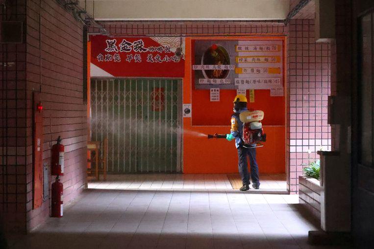 Een school in Taipei, Taiwan wordt gedesinfecteerd. Het aantal coronabesmettingen neemt sterk toe. Beeld REUTERS