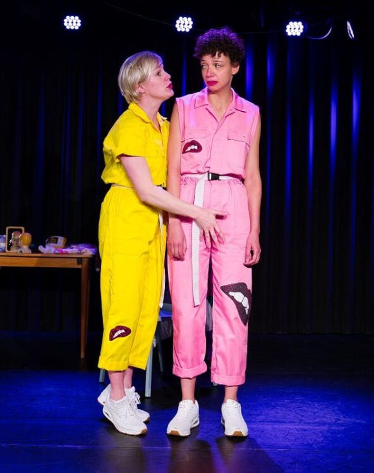 'Maak het bespreekbaar' is het credo van de eerste voorstelling van cabaretduo Vlamousse. Beeld Vincent van Kleef