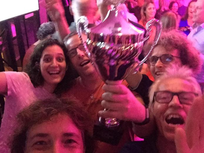 Vreugde bij het team van Theresia Ontspoort, al greep dat net naast de kampioensbeker bij de eerste stadsquiz van Tilburg.