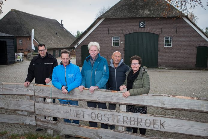 Ans Herder (rechts op de foto): ,,Hun lerend vermogen wordt aangesproken: ze kijken wanneer de bus komt, ze kopen een kaartje, noem maar op.''