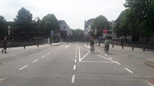 De Rückertbrug naar de Van Berckelstraat blijft open voor alle verkeer. Vlak voor de opritten links en rechts  komt een versmalling.
