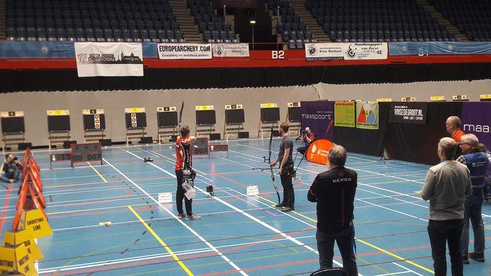 Rick van der Ven (rechts) wacht op zijn beurt, terwijl Sjef van den Berg op de tien mikt.