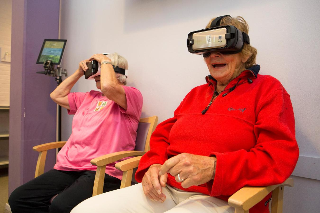 Twee dames praten honderduit over hun virtuele belevenissen.