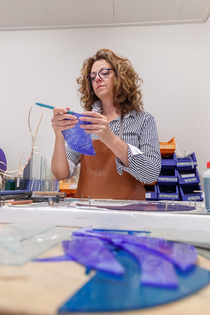 Peggy Bus maakt glaskunst. Ze won de cultuurprijs.