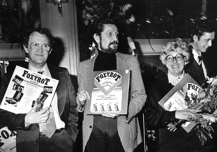 Vanaf links: Harry Bannink, John de Crane en Annie M.G. Schmidt met een plaat van hun musical Foxtrot.  Beeld Hollandse Hoogte /  ANP