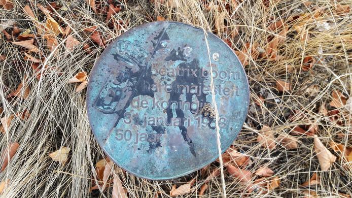De gedeukte plaquette aan de voet van de koninklijke lindeboom