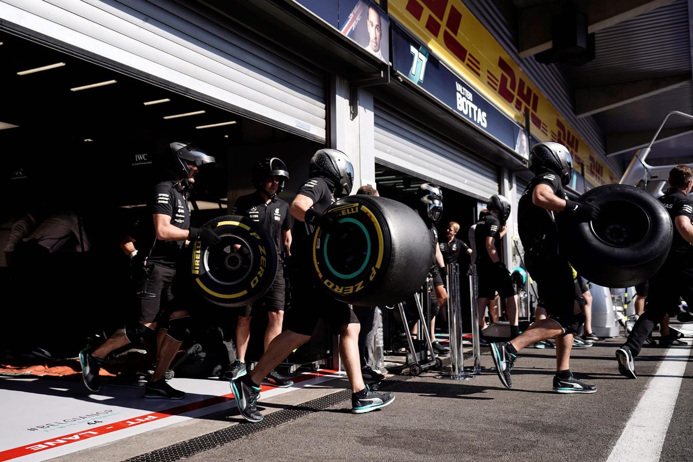 De Pirelli-banden van Mercedes.