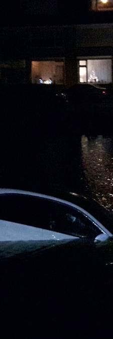 Gloednieuwe auto in sloot in Sliedrecht door vergeten handrem