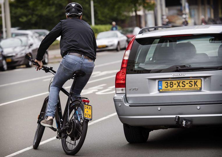 Een fietser op een e-bike op een kruispunt in Den Haag. Beeld ANP