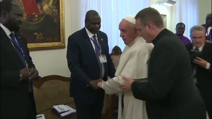 Paus kust voeten van Zuid-Soedanese leiders en vraagt om vrede