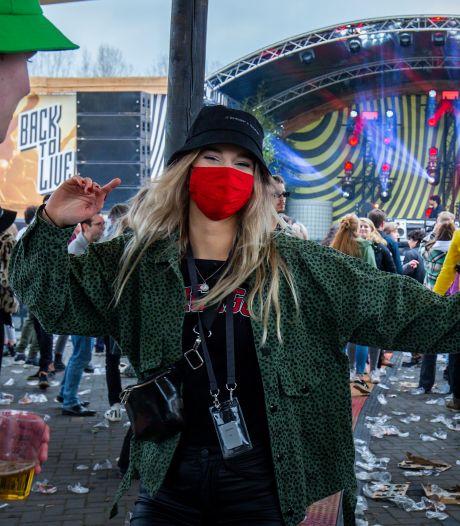 Geen handhaving op dragen mondkapje op Achterhoeks festijn: 'Niet te doen met zoveel mensen die eten en drinken'