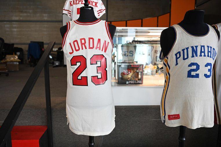 Het shirt van Michael Jordan (links), naast een truitje dat oud-president Barack Obama droeg op zijn middelbare school. Beeld AFP
