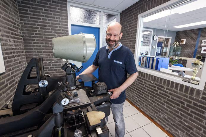 Nobby Assmann maakte een foto van de Carl Zeiss meetmachine die in de hal van het bedrijf staat. Daarmee won hij een fotowedstrijd van adviesorganisatie PKM.