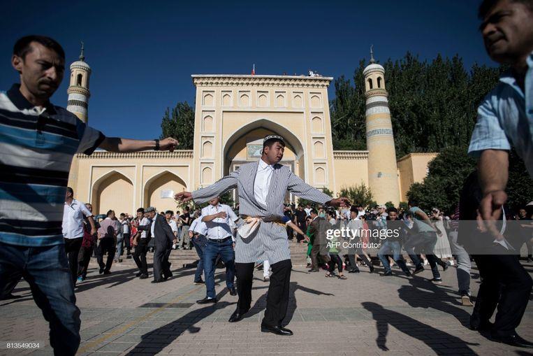 De Id Kah-moskee in Kashgar, 2017. Toen al werden gelovigen gehinderd om het einde van de ramadan te vieren. Vermoedelijk is deze dans in scène gezet. Beeld AFP via Getty Images