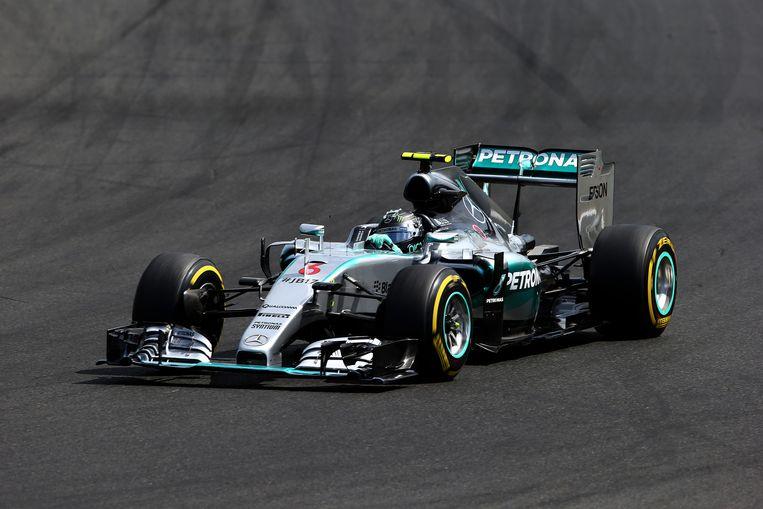 Nico Rosberg in zijn Mercedes op het circuit van Hongarije. Beeld getty
