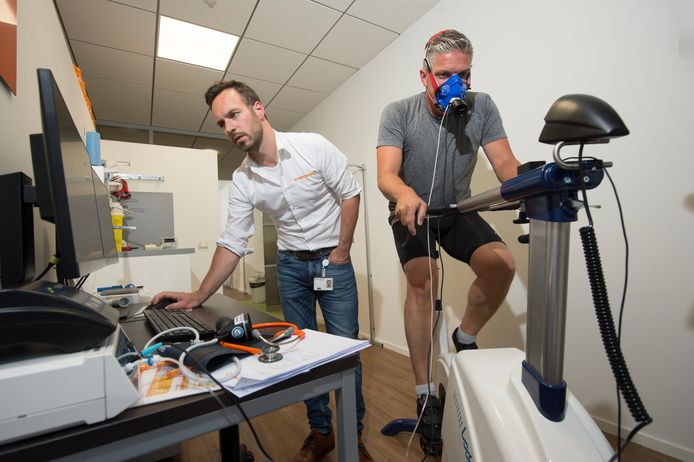 Sportarts Mannes Naeff (links) neemt een sportmedische keuring af bij sportverslaggever Walter van Zoeren.