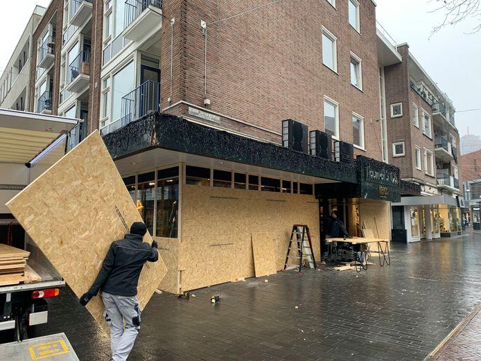 Ook House of Snobs neemt het zekere voor het onzekere en laat de winkel dichttimmeren uit angst voor rellen.