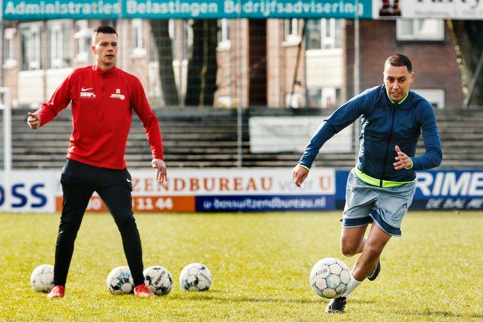 Ismaïl Aissati (rechts) wordt onder handen genomen door Jordy Best op de velden van Elinkwijk.