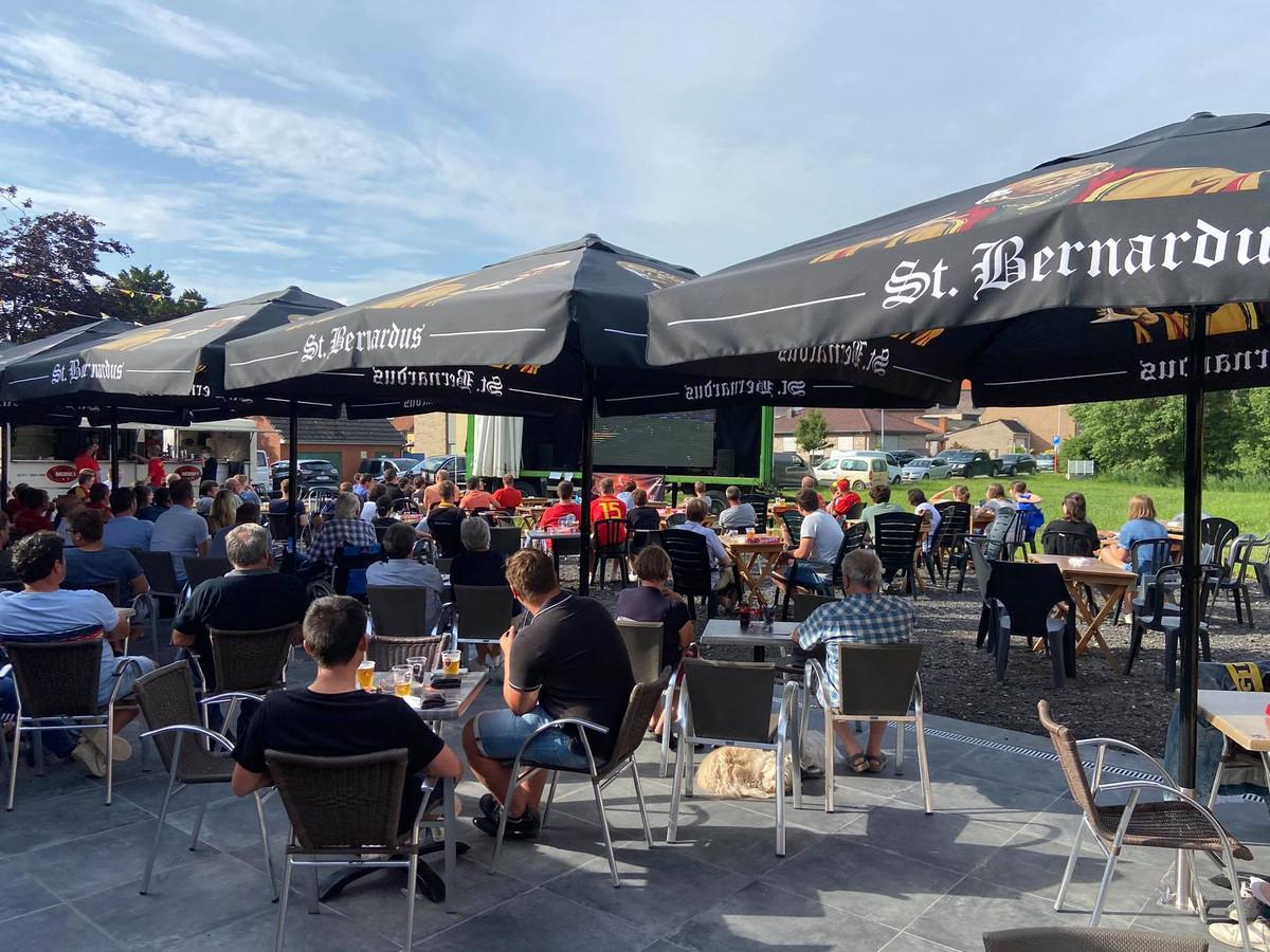Bij Lieven Meulenaere en Kathy Pareyn van café 'In de Ster' uit Sint-Jan-ter-Biezen is er op hun terras plaats voor 200 man.